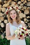 Portrait d'une belle jeune mariée heureuse avec un bouquet de mariage photos libres de droits