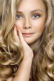 Portrait d'une belle petite fille avec de longs cheveux sur un fond blanc dans le studio Photos libres de droits