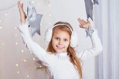 Portrait d'une belle petite fille dans a dans les bouche-oreilles Image libre de droits