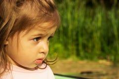 Portrait d'une belle petite fille dans la forêt Image stock