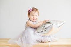 Portrait d'une belle petite fille dans la robe grise élégante Photo stock
