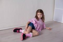 Portrait d'une belle petite fille dans une robe rose cinq ans images stock