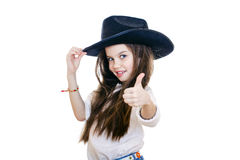 Portrait d'une belle petite fille dans un chapeau de cowboy noir photos libres de droits