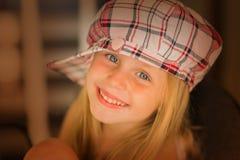 Portrait d'une belle petite fille dans une fin de chapeau  Image stock