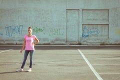 Portrait d'une belle position dans le parking photo libre de droits
