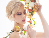 Portrait d'une belle, sensuelle jeune mariée avec des fleurs Photos libres de droits