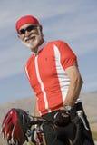Portrait d'une bicyclette se tenante prêt d'homme supérieur Photo libre de droits