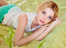 Portrait d'une blonde aux yeux bleus sensuelle attirante dans un bl blanc photos stock