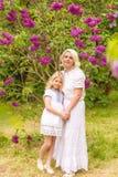 Portrait d'une blonde dans un lilas images libres de droits