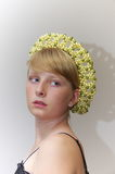 Portrait d'une blonde dans un tiade des perles enes ivoire et vertes photo libre de droits