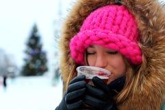 Portrait d'une boisson d'hiver de fille photographie stock