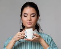 Portrait d'une brune attrayante avec une tasse Photo libre de droits