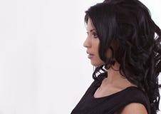Portrait d'une brune sur un fond blanc Photographie stock