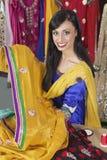 Portrait d'une couturière féminine indienne tenant le sari photos libres de droits
