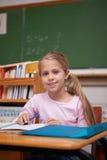 Portrait d'une écriture mignonne d'écolière Image stock