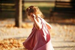 Portrait d'une danse de petite fille en parc par automne chaud même Images stock