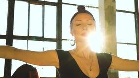 Portrait d'une danseuse pratiquant dans un studio loft avec effet de torréfaction banque de vidéos