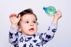 Portrait d'une eau potable d'enfant en bas âge mignon de la bouteille Photographie stock