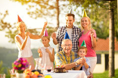 Portrait d'une famille dans des chapeaux de partie Images stock