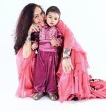 Portrait d'une famille de Roma : mère et fils heureux dans des costumes nationaux Images libres de droits