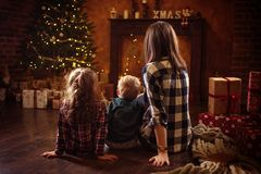 Portrait d'une famille gaie realxing dans une soirée d'hiver images libres de droits