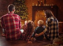 Portrait d'une famille gaie realxing dans une soirée d'hiver photographie stock