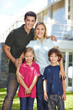 Portrait d'une famille heureuse dans l'avant photographie stock libre de droits