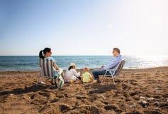 Portrait d'une famille heureuse en nature d'été Images libres de droits