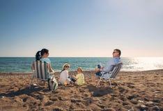 Portrait d'une famille heureuse en nature d'été Images stock