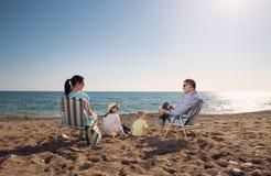 Portrait d'une famille heureuse en nature d'été Photographie stock libre de droits