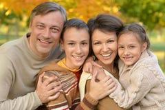 Portrait d'une famille heureuse en parc photo libre de droits