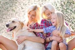 Portrait d'une famille heureuse pendant l'été photographie stock libre de droits
