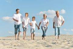 Portrait d'une famille heureuse une marche nu-pieds Images stock