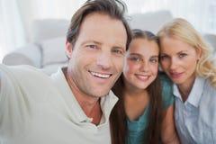 Portrait d'une famille mignonne images stock