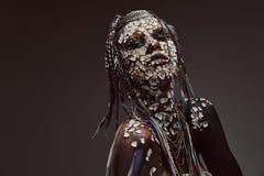Portrait d'une femelle africaine effrayante de chaman avec une peau criquée pétrifiée et des dreadlocks Concept de maquillage image libre de droits