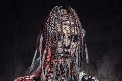 Portrait d'une femelle africaine effrayante de chaman avec une peau criquée pétrifiée et des dreadlocks Concept de maquillage photographie stock libre de droits