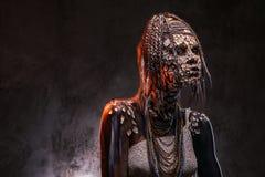 Portrait d'une femelle africaine effrayante de chaman avec une peau criquée pétrifiée et des dreadlocks Concept de maquillage photos libres de droits