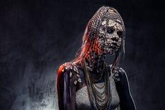 Portrait d'une femelle africaine effrayante de chaman avec une peau criquée pétrifiée et des dreadlocks Concept de maquillage photo stock