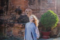 Portrait d'une femelle sur le fond de la tour de Cham Image libre de droits
