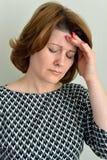 Portrait d'une femme élégante avec le mal de tête Images libres de droits