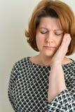 Portrait d'une femme élégante avec le mal de tête Photo stock