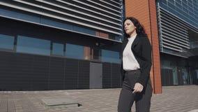 Portrait d'une femme d'affaires expédiant en bas de la rue banque de vidéos