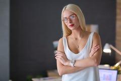 Portrait d'une femme d'affaires mûre professionnelle exécutive s'asseyant sur le bureau Photos stock