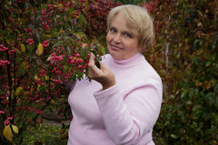 Portrait d'une femme agée dans le jardin Photographie stock libre de droits