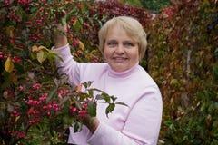 Portrait d'une femme agée dans le jardin Images stock