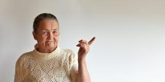 Portrait d'une femme agée sur un fond blanc images libres de droits