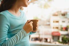 Portrait d'une femme asiatique heureuse pensant et tenant le café ou t Images libres de droits