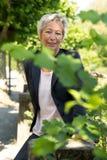 Portrait d'une femme attirante d'affaires dans la nature Photos stock