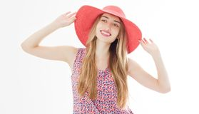 Portrait d'une femme attirante de sourire dans la robe et le chapeau d'été posant tout en tenant et regardant la caméra d'isol photographie stock libre de droits