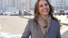 Portrait d'une femme avec une coiffure et un maquillage neutre sur un plan rapproché de fond de ville banque de vidéos